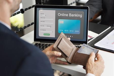 Mensen die goederen kopen via e-commerce online winkelen Stockfoto