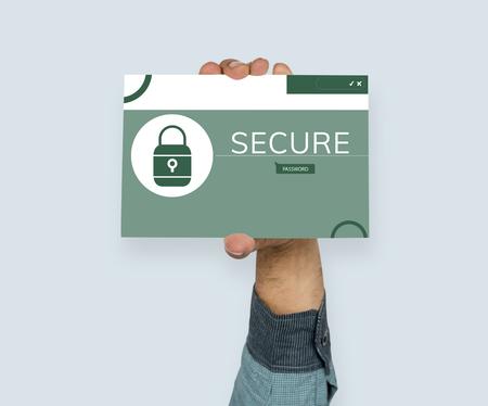 Hand, die Fahne mit Illustration des Computersicherheitssystems hält Standard-Bild - 81585498