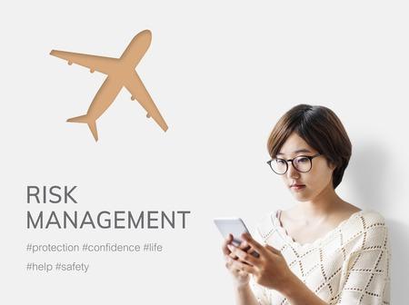 Frau mit Handy mit Abbildung der Luftfahrt Lebensversicherung Reisereise Standard-Bild - 81617427