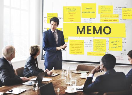 Werknemers die werken op whiteboard netwerk grafische overlay Stockfoto