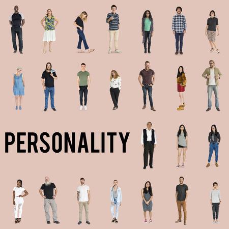 多様性の人々 のさまざまな完全体立っている背景に笑顔で
