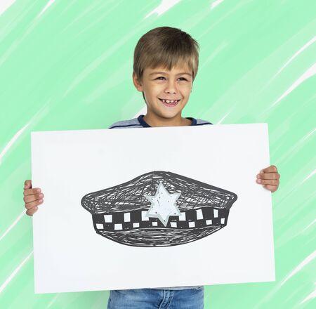 Enfants avec un dessin de chapeau de police Banque d'images - 81586034