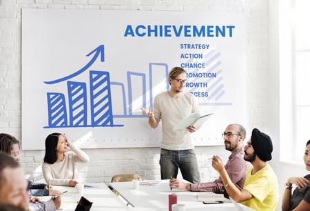 Bedrijfsmensen die bedrijfsstrategieplan ontmoeten