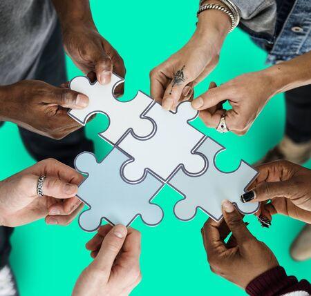 종이 지그 소 퍼즐을 들고 사람들의 그룹 스톡 콘텐츠