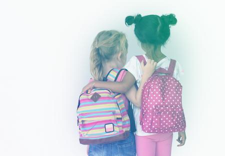 小さな女の子のお友達と通学バッグ背面します。