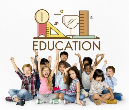 Groep studentenonderwijs met kantoorbehoeftenillustratie Stockfoto