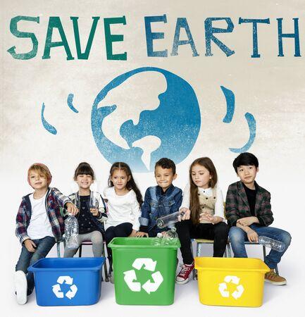 Kleine Kinder mit Recycling Zeichen Eco Friendly Save Earth Word Grafik Standard-Bild - 81596270