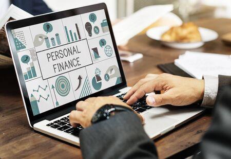노트북에 금융 비즈니스 차트 투자의 그림
