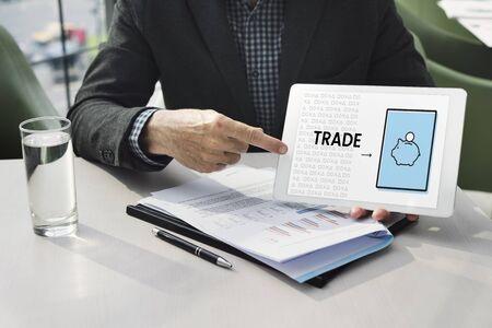 Illustration von Finanzplanungssparschwein der Wirtschaft auf digitalem talbet Standard-Bild - 81632939