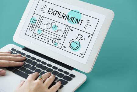 Illustration de l'étude d'expérience de chimie de science sur ordinateur portable Banque d'images - 81595893
