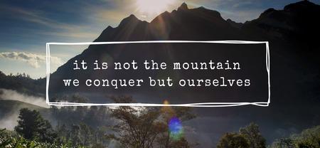 Non è la montagna Noi conquistiamo ma noi motiviamo la parola Archivio Fotografico - 81641337