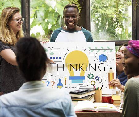 Studenten met Illustratie van creativiteit ideeën gloeilamp