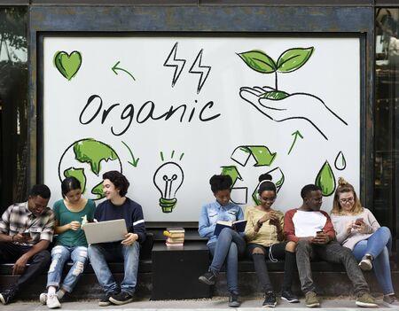 Diverse studenten zitten met milieu-grafische achtergrond Stockfoto