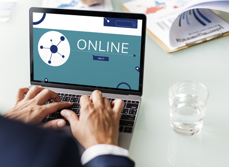 Illustration of social media online communication on laptop 版權商用圖片 - 81656284
