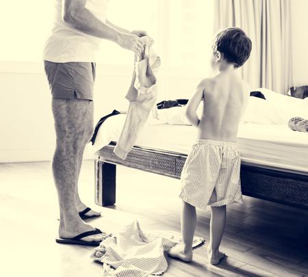 寝室で息子とパパ服日常生活に置く