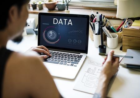 ビジネス グラフ データ解析のラップトップ上のグラフィック 写真素材 - 81642026