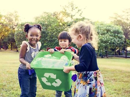 Grupo de niños escuela voluntario caridad medio ambiente Foto de archivo
