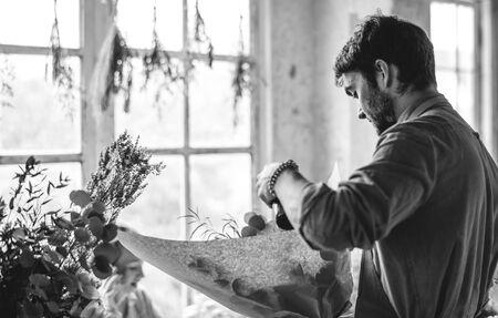 生花花束アレンジメントを作る花屋
