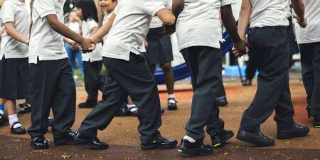 서로 손을 잡고 서있는 다양한 유치원생의 그룹 스톡 콘텐츠