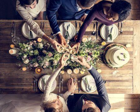 人が新郎新婦の結婚披露宴にワイングラスにしがみつき
