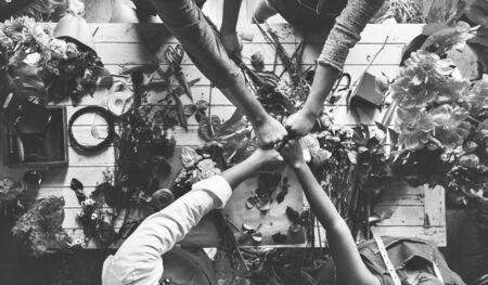Groep mensen decoreren de bloem