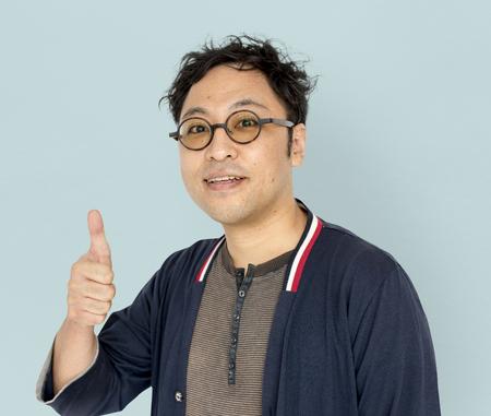 아시아 남자 성인 미소 엄지 손가락 업 초상화 스톡 콘텐츠