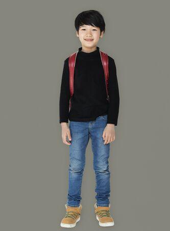 アジアの子供のバックパックの全身肖像画で学生