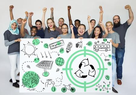 リサイクル サイン エコフレンドリーを示す多様な人々 のグループは地球の Word の図を保存します。