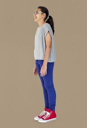 Jeune femme adulte Stand latéral Studio Portrait Banque d'images