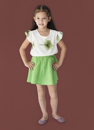 전신 초상화를 웃고있는 어린 아시아 소녀