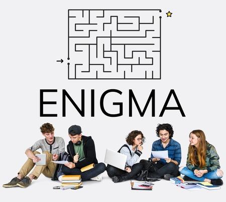 Gruppo di persone brainstorming sul concetto enigma