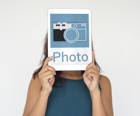 Illustratie van de camera verzamelt de herinneringen op digitale tablet