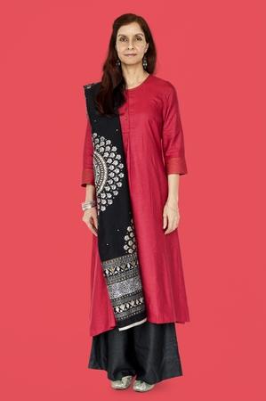 Femme indienne debout avec costume traditionnel Banque d'images