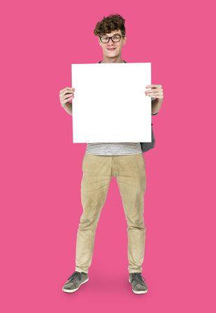 Jeune adulte, homme, tenue, vide, papier carton, studio, portrait