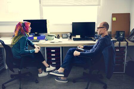 Office 휴식 시간 동안 함께 이야기하는 사람들