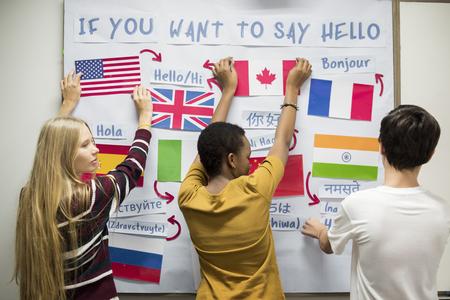 Studenti delle scuole superiori che lavorano sul bordo internazionale di bandiere