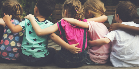 Gruppo di bambini sono in un viaggio in campo Archivio Fotografico