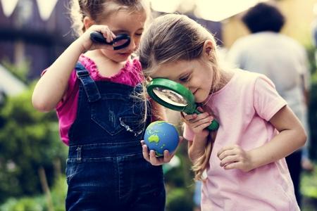 Kid gebruikt vergrootglasonderzoek Stockfoto