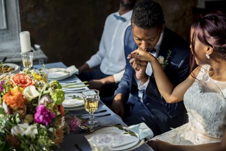 Jonggehuwde African Descent Couple Kissing Hands Stockfoto