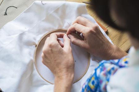 刺繍工芸品手作りの手のクローズ アップ 写真素材
