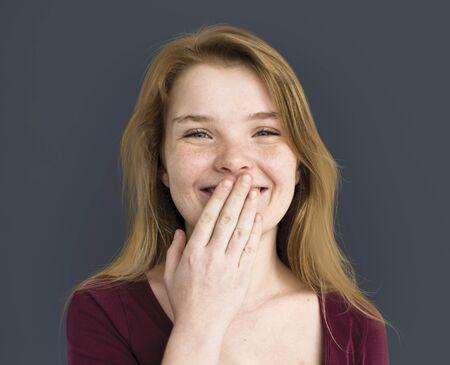 白人のそばかす少女の笑みを浮かべて肖像画