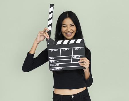 カチンコを持って croptop の若い女性