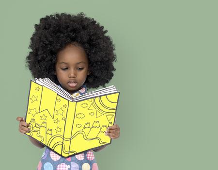 アフリカの女の子少しの読書本 写真素材