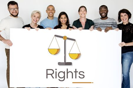 正義のスケール権と法の図を持つ人々