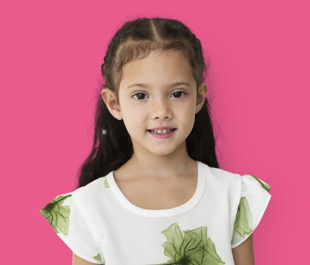 어색한 미소 식 초상화로 어린 소녀