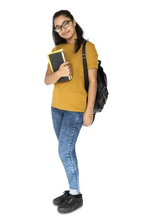 Indische studente die en handboek glimlacht houdt
