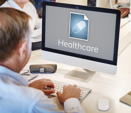 コンピューター ネットワーク グラフィック オーバーレイで作業する人 写真素材