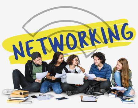 社会技術の概念を一緒に十代の若者たちのグループ