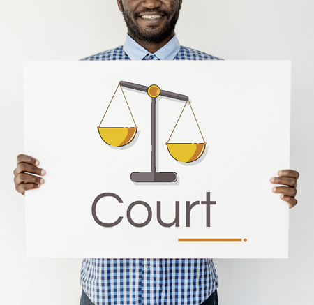 正義のスケールの権利や法律イラストのバナーを抱きかかえた