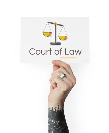 Mano que sostiene la bandera de la justicia escala derechos y la ilustración de la ley Foto de archivo - 81863281